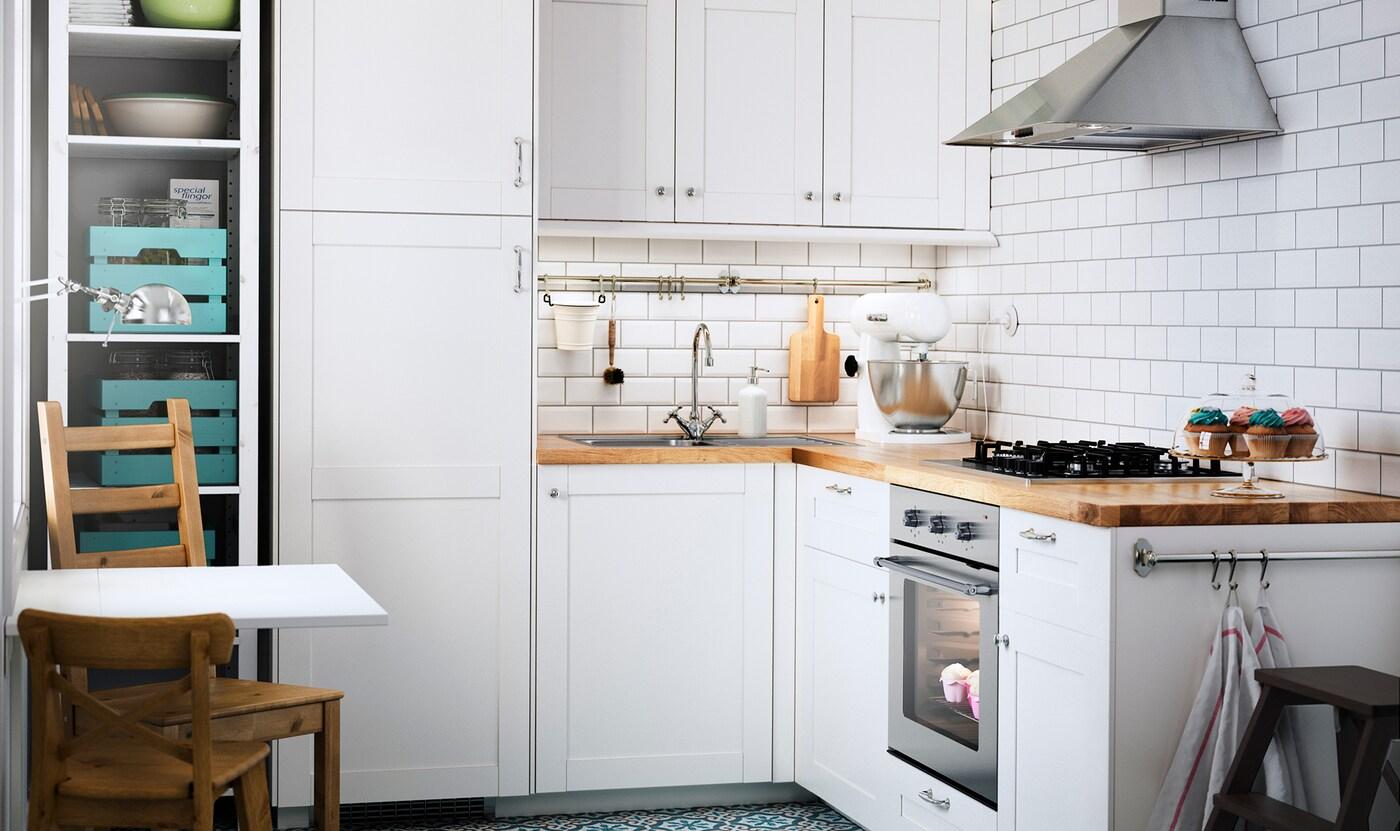 Perfekt Weiße Küche Im Landhausstil Mit MATTRADITION Ofen U0026 Dunstabzugshaube Und  ELDSLÅGA Gaskochfeld