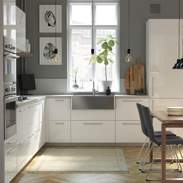 weiße Küche mit großem Fenster
