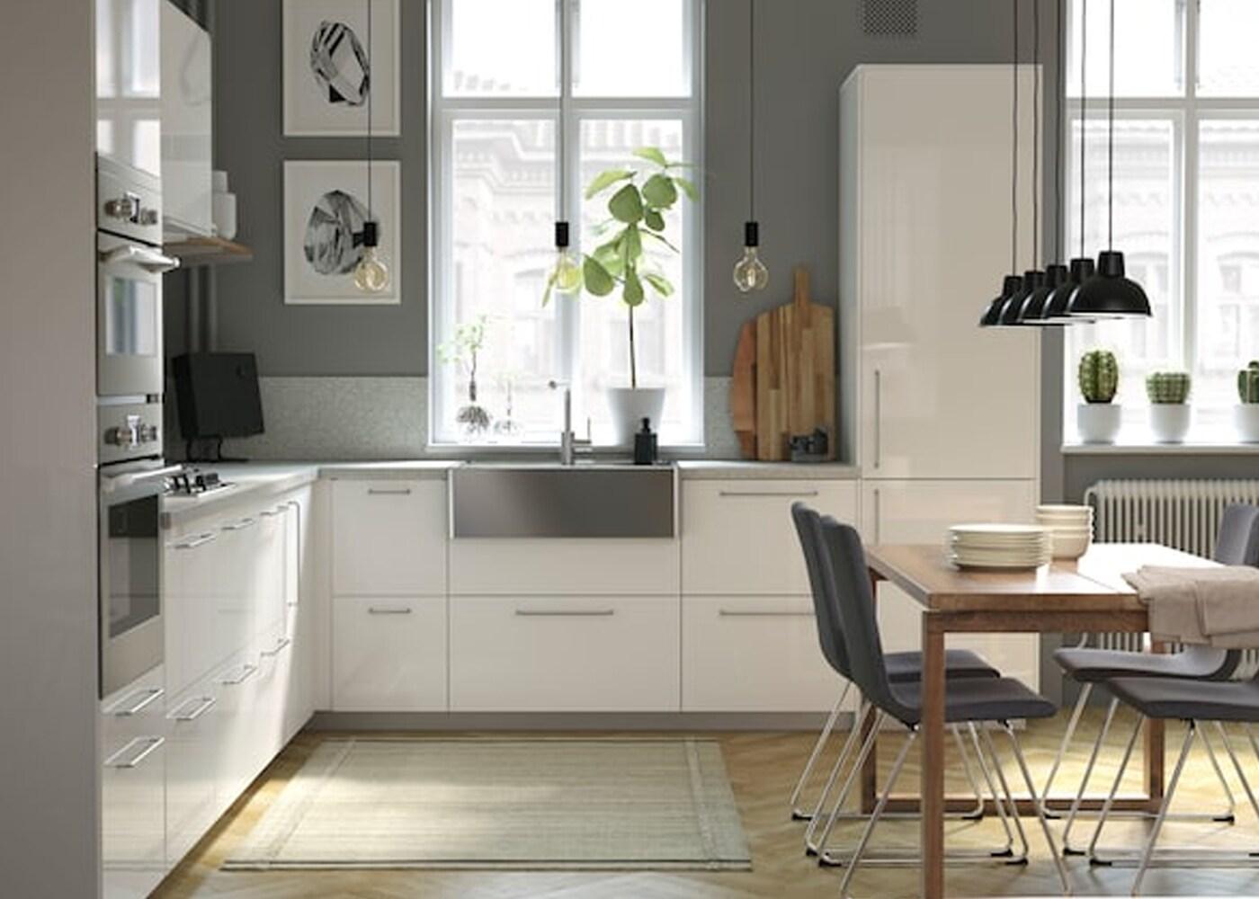 Eine helle, luftige und moderne Küche mit Holzdetails ...