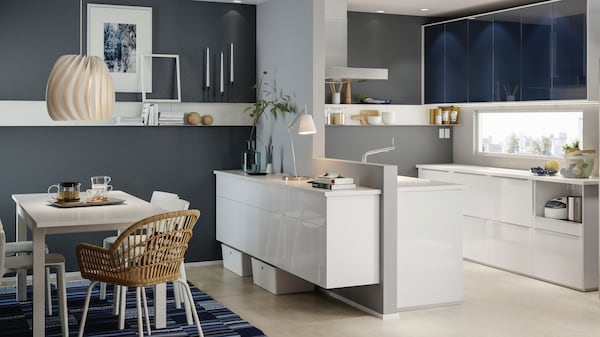 Weiße Küche mit SVÄVANDE Dunstabzugshaube