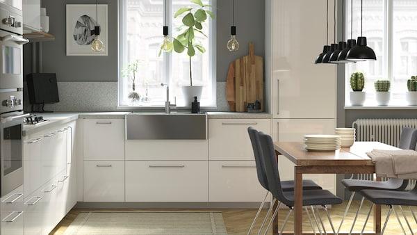 Weiße, moderne Küche in L-Form