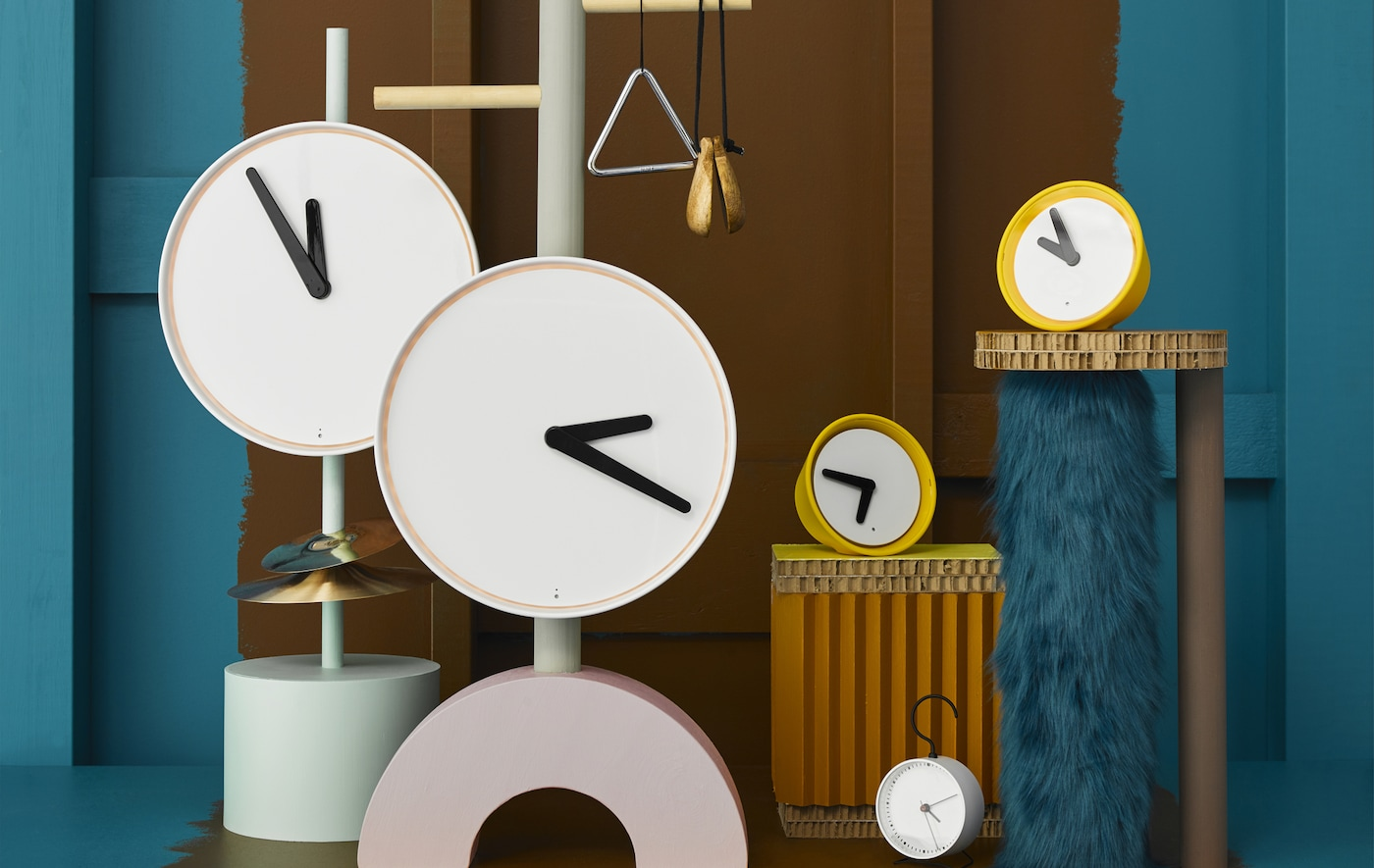Weiße und gelbe Uhren in unterschiedlichen Größen