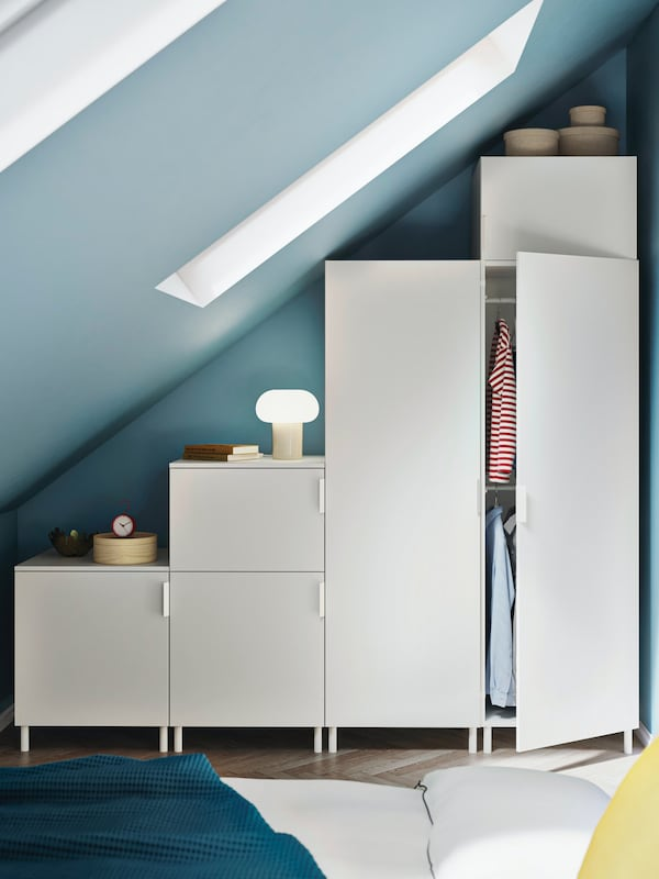 Weißer Kleiderschrank unter Dachschräge