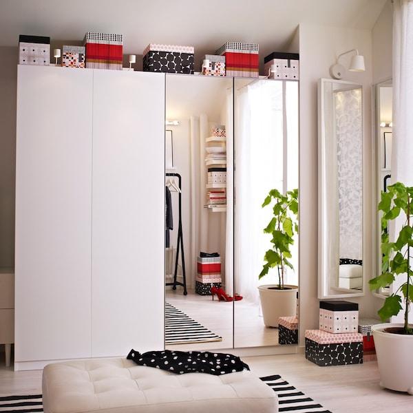 weißer PAX Kleiderschrank mit eine Spiegelscharniertür