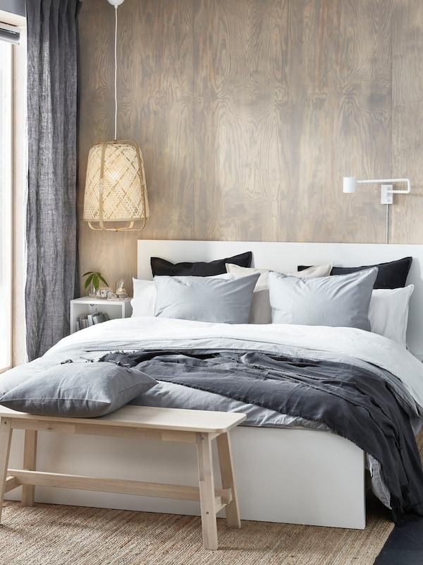Weißes Doppelbett MALM mit Bettbank davor