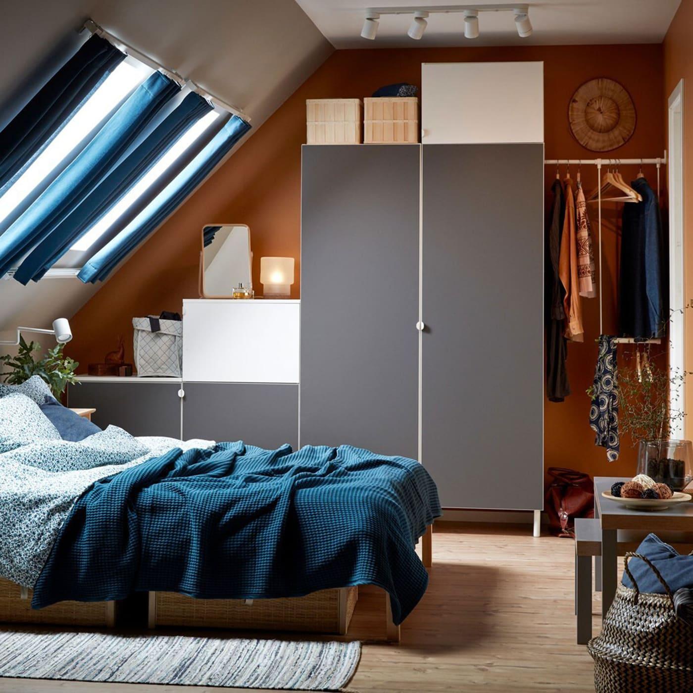 Weisses Schlafzimmer in Blau, Beige, Grau und Weiss mit Dachschräge und TARVA Bettgestell in Kiefer und PLATSA Kleiderschrank in Weiss mit FONNES und SKATVAL Fronten in Hellgrau