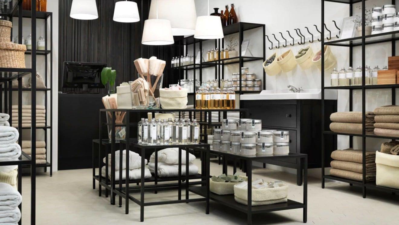Wellness-Shop mit VITTSJÖ Satztischen, VITTSJÖ Laptop-Tisch, VITTSJÖ Regalen & HEMNES Waschbeckenschrank