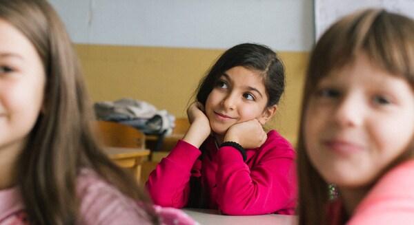 Weltflüchtlingstag 2021 Save the Children iranisches Mädchen im Unterricht