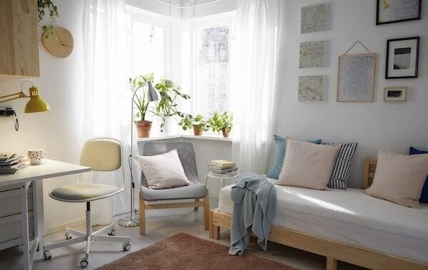 Wenig Platz nutzt du geschickt mit Möbelstücken, die sich im Schlafzimmer genauso wie im Wohn- und Esszimmer oder am Heimarbeitsplatz nutzen lassen.