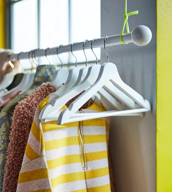 Wenn dein Schlafzimmer klein ist, solltest du den verfügbaren Platz für Aufbewahrung maximal nutzen. Das kannst du z. B. tun, indem du eine HUGAD Gardinenstange in Weiß an der Decke befestigst und dann als Kleiderstange für deine Lieblingsstücke nutzt!