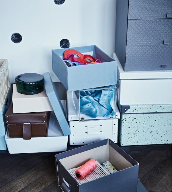 Wenn Gäste vorbeikommen, musst du Platz machen. Und IKEA SMÅRASSEL Kasten mit Deckel helfen dir dabei. Es gibt sogar Etikettenhalter, die du beschriften kannst, um den Inhalt hinterher schneller wieder zuordnen zu können.