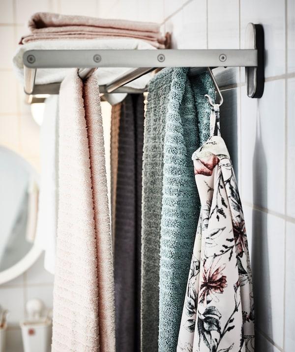 Wenn jede und jeder seine eigene Farbe hat, wissen alle bescheid, welche Tücher wem gehören, und welche ganz sicher nicht. U. a. hier mit VÅGSJÖN Badetuch blassrosa.