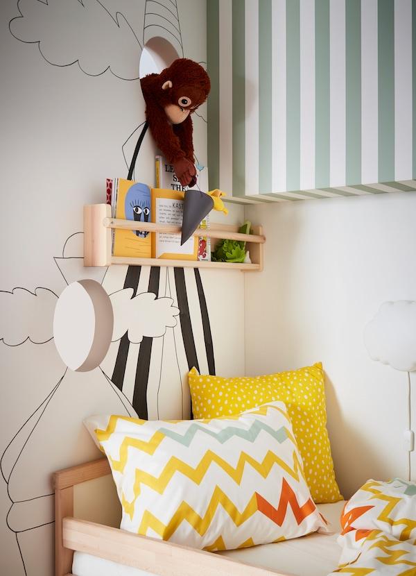 وحدات التخزين الجداري FLISAT من ايكيا مصنوعة من خشب الصنوبر المتجدد مع طلاء أكريليك شفاف لمظهر جميل. قم بتخزين الكتب والألعاب الصغيرة خلف سكة تعليق الرف.