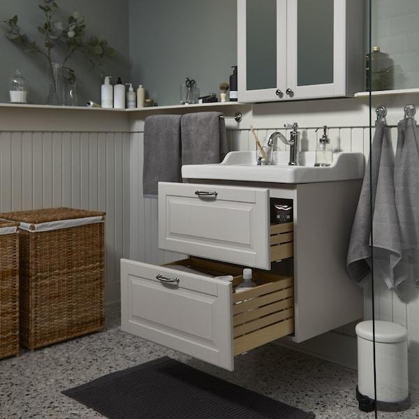 وحدة حوض غسل/حوض غسل رمادي فاتح/أبيضGODMORGON/RÄTTVIKEN مع درجين كبيرين مفتوحين وخزانة بمرآة من أعلى.
