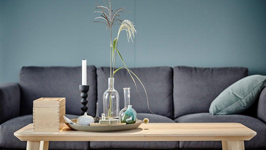 Wie bei IKEA sind der Meinung, dass Design für alle da ist. Daher streben wir danach, Produkte zu schaffen, die formschön, funktionell, nachhaltig, hochwertig und erschwinglich sind, wie z.B. unser LISABO Couchtisch aus Eschenfunier, Gewinner des internationalen Red Dot Awards für Design.