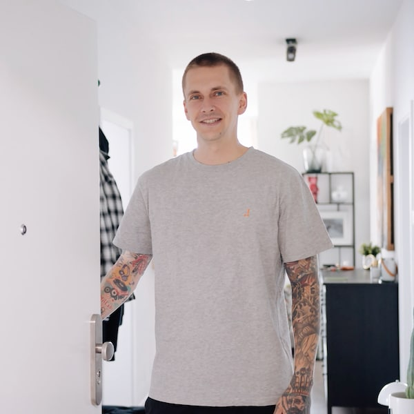 Willy Iffland steht in seiner Eingangstür in einem grauen T-Shirt.