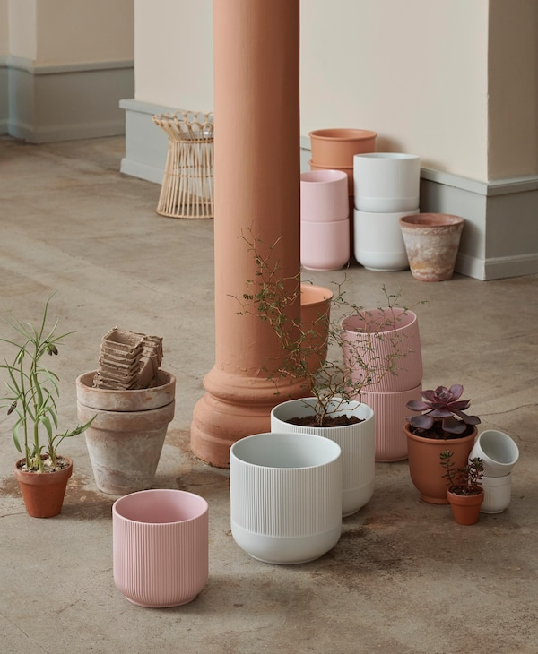 With our decorative GRADVIS planters you put your plants in the spotlight. The smaller ones are available in pink, the larger ones in gray and they all have a characteristic grooved surface.