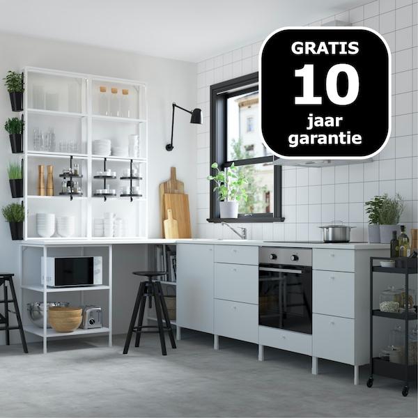 Witte éénvoudige keuken met zwarte details