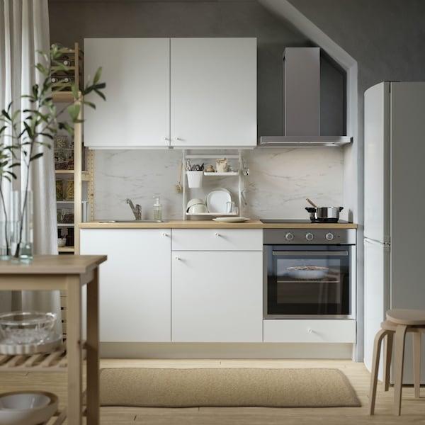Witte strakke keuken met beige vloer