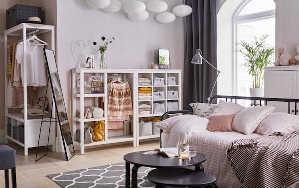 Wohnzimmer in Weiß und zartem Rosa mit u. a. mit offenem HEMNES Kleiderschrank weiß lasiert