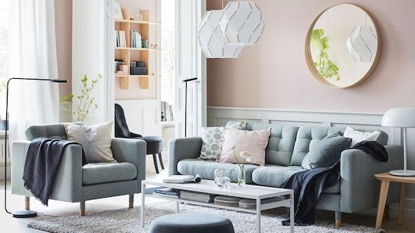 Wohnzimmer mit abgestepptem Sofa LANDSKRONA und passendem LANDSKRONA Sessel mit weißem Couchtisch und Teppich