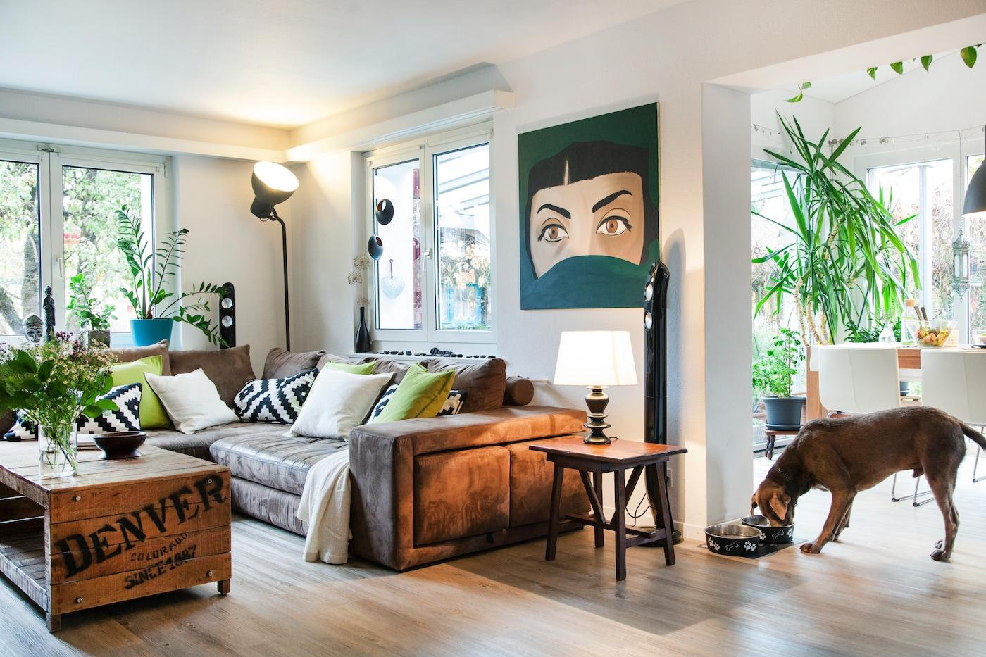 Wohnzimmer mit Ledersofa, Beistelltisch und IKEA HEKTAR Lampe im Hintergrund