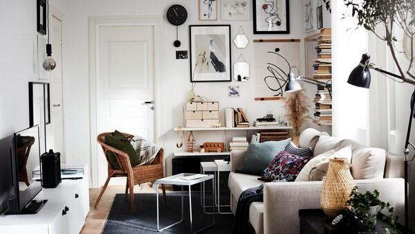 Wohnzimmer mit vielen Bilderrahmen und Wandschmuck
