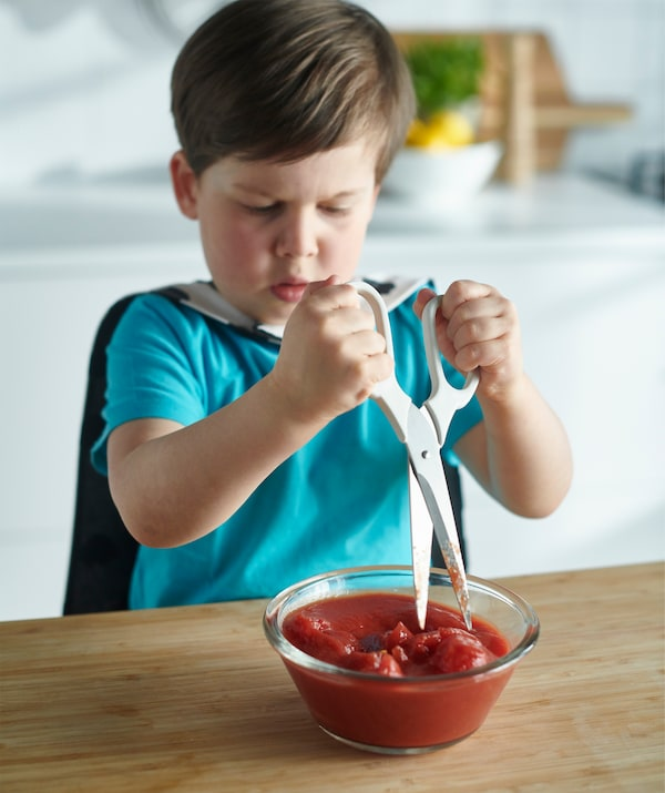 野菜を細かく切る場合ははさみが便利です。子どもでも簡単にできます。こちらはボウルの中でトマトを切っているところです。