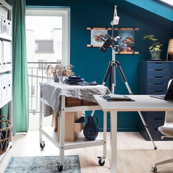 Wystawna kolacja na górnej półce wózka na kółkach. Wózek został przysunięty do obiektywu na czas zdjęć.