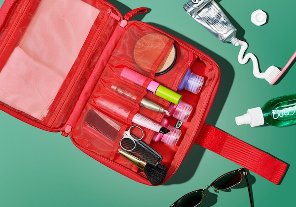 化粧品や洗面用具が入っているアクセサリーバッグが開いているところを上から見たところ