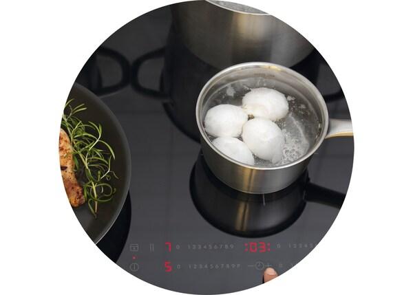 Яйца варятся на индукционной варочной панели ИКЕА.