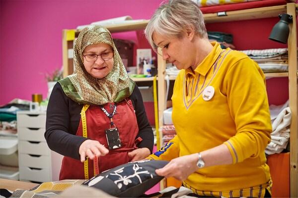 Yalla Trappan är ett socialt initiativ som erbjuder syservice på IKEA varuhuset i Malmö. Neire Kerimovska och Karin Wingren samtalar om ett kuddfodral.