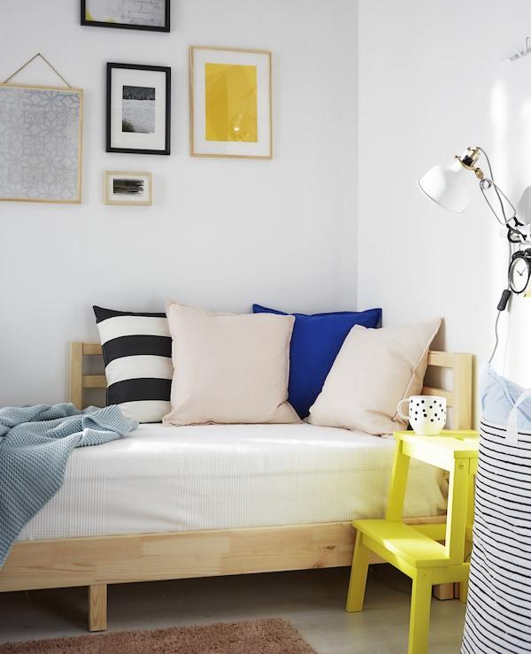 يعتبر السرير النهاري حلًا مثاليًا لمساحة جلوس تتحول لغرفة نوم في المساء.