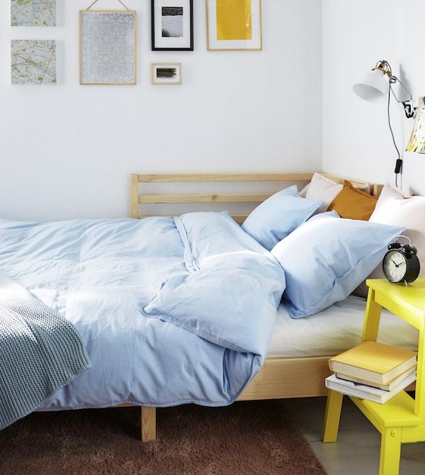 يعتبر السرير النهاري حلًا مثاليًا لمساحة جلوس تتحول لغرفة نوم في المساء. فقط قم بتمديده لتحصل على سرير مزدوج.