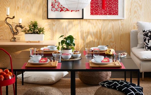 يعتبر ترتيب الطاولة باستخدام بعض ألواح التقطيع RIMFORSA المصنوعة من الخيزران واحدة من الأفكار لتهيئة الجو المناسب.