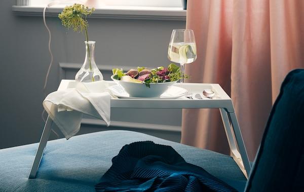 يفضل أن يرافق العشاء لشخص واحد فيلمٌ جيدٌ. تناول طعامك في السرير، على الأريكة أو وأنت تجلس على الكرسي بذراعين المفضّل لديك مع صينية ثابتة.
