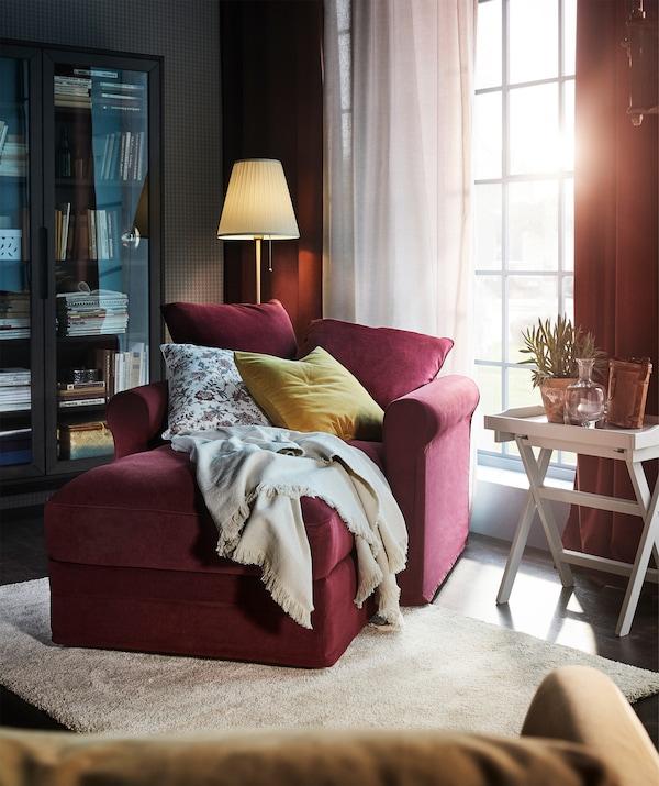 يمكنك تغيير مظهر أريكة الاسترخاء GRÖNLID الخاصة بك مع غطاء Tallmyra الشانيليا الناعم باللون الأحمر القاني.