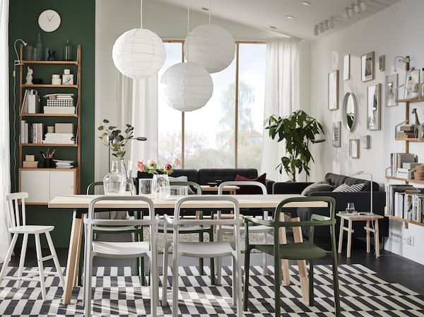 YPPERLIG bele i zelene stolice s YPPERLIG trpezarijskim stolom od pune brezovine, u otvorenom životnom prostoru skandinavskog stila.