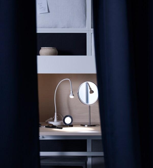 يسهل العثور على الملابس في الظلام في دولاب الملابس المضاء هذا. مرآة مع ملابس جاهزة ومعلقة لليوم التالي تجعل الاستعداد وارتداء الملابس في الظلام في غرفة النوم هذه أسهل كثيرًا.