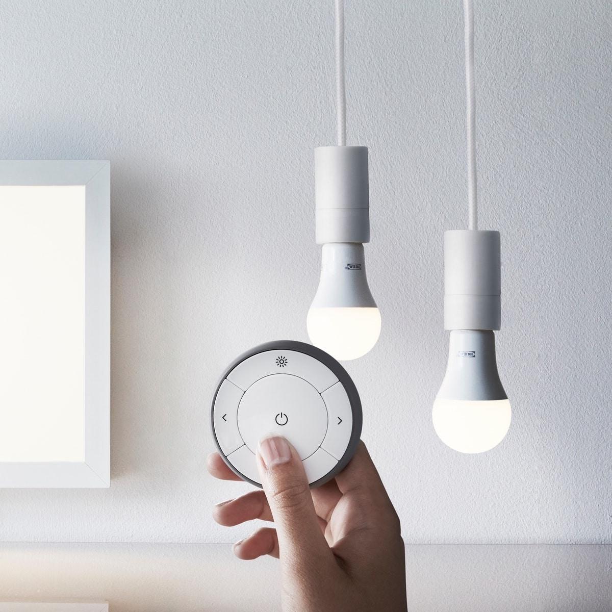 يشمل طقم تخفيت الإضاءة ذي الطيف الأبيض TRÅDFRI لمبة LED وجهاز التحكم عن بُعد.
