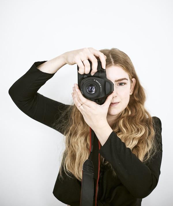 Yvet con la sua macchina fotografica – IKEA