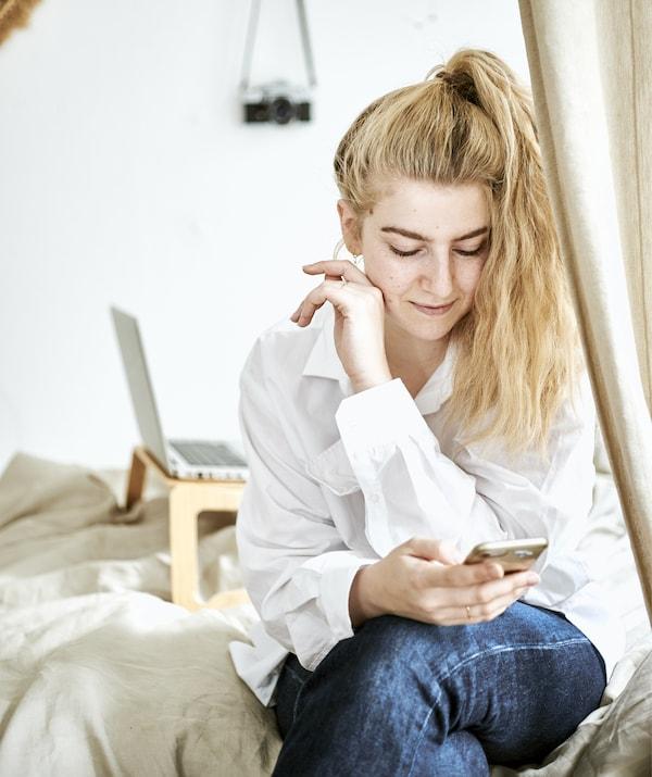 Yvet è seduta sul letto – IKEA