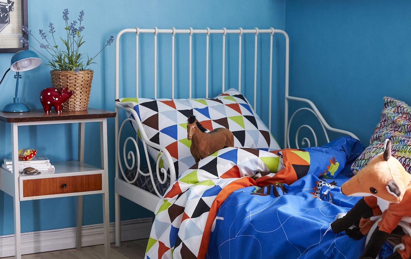 Zacht beddengoed in felle kleuren geeft Viggo's grote slaapkamer een lekker veilig en geborgen gevoel
