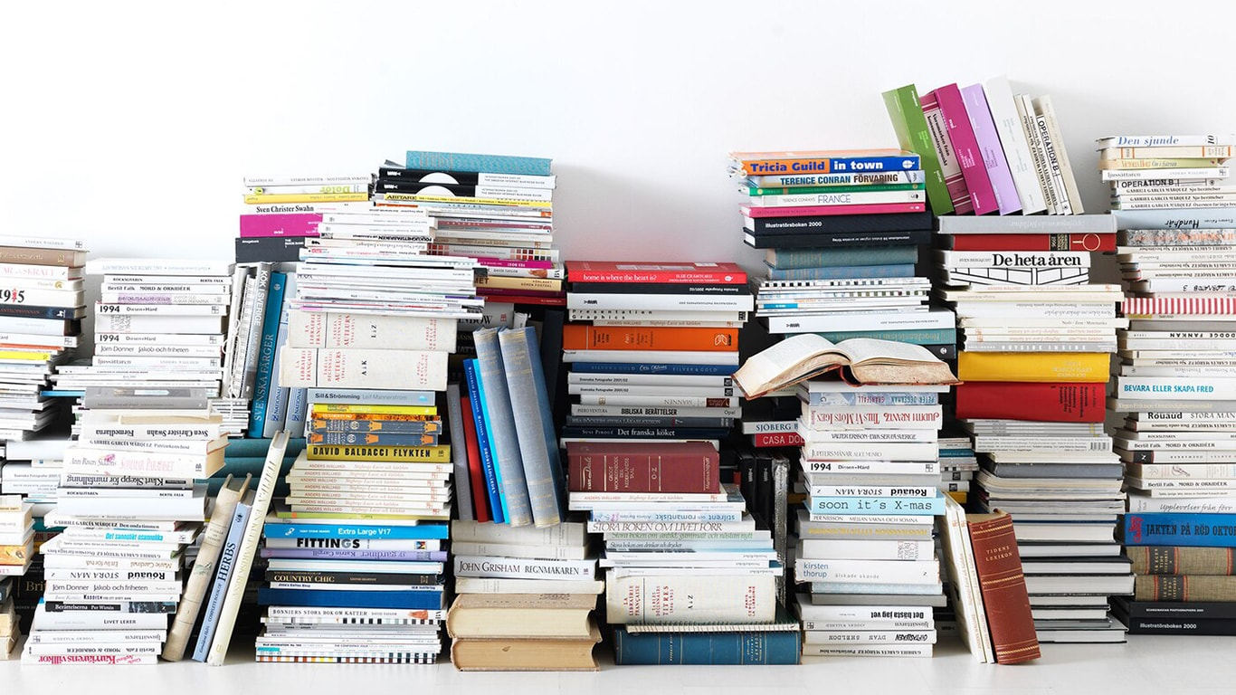 Zahlreiche, verschiedene Bücher liegen übereinander gestapelt.