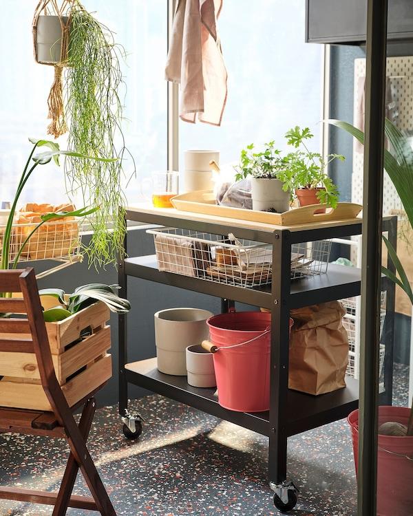 Záhradné doplnky uložené na skladovaciu policu na balkóne.