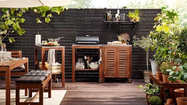 Záhradný nábytok IKEA ÄPPLARÖ – stôl, lavica, servírovací stolík a stojan na grilovanie – vyrobené z odolného akáciového dreva.