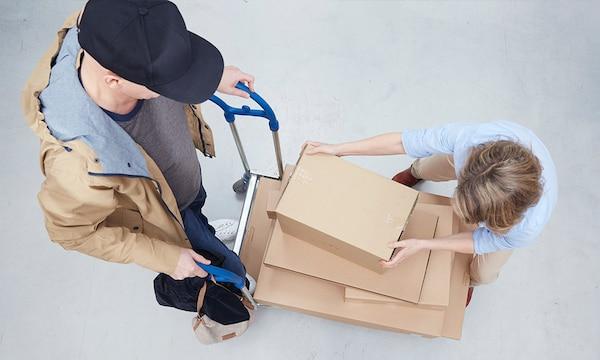Zákazník vyzvedává nákup ve výdejním místě.