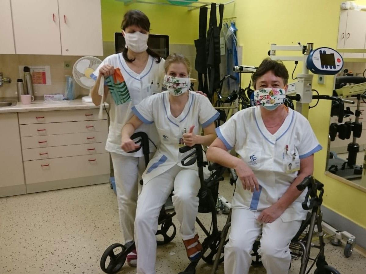 Zaměstnanci nemocnice s rouškami ušitými z látek IKEA.