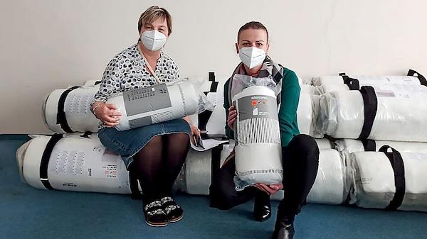 Zaměstnanci neziskové organizace Sue Ryder s matracemi a povlečením, které věnovala IKEA.