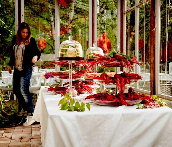 ザリガニでいっぱいのサービングスタンドと各種のキッシュが並んだテーブル。
